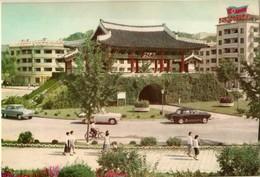 Korea, North - Le Porte Namdai - Moun Dans La Ville De Kaiseung - Korea, North