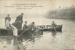CALAIS  CATASTROPHE DU PLUVIOSE RENFLOUEMENT UN MARIN REGARDE PAR LE HUBLOT LES CADAVRES - Calais