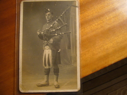 ROYAUME UNI      Carte-photo        Pipes John Ford    13° Bat. The Royal Scots - Guerre 1914-18