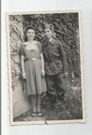 Photographie Couple Mixte Homme Noir Militaire Avec Décoration Médaille Courtivron 21 Cote D'or  Photo 5,7x8,6 Cm Env - Krieg, Militär
