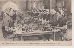 CPA Moeurs Et Types Bretons - Industrie Sardinière - Préparation Des Boîtes (belle Scène) - France