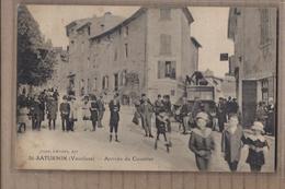 CPA 84 - SAINT-SATURNIN - ( SAINT-SATURNIN-les-APT ) - Arrivée Du Courrier - SUPERBE ANIMATION AUTOBUS - Other Municipalities