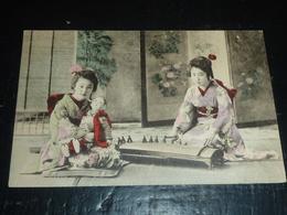 GEISHA - 2 GEISHAS, UNE JOUANT DU KOTO ET LA DEUXIEME FILLE UNE POUPEE - JAPON JAPAN ASIE OLD POSTCARD (AH) - Women