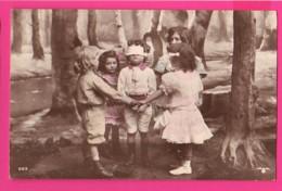 CPA (Réf: Z 2976) (JEUX & JOUETS) Les Enfants Jouent à Coli-Maillard - Jeux Et Jouets