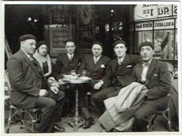 Foto/Photo. Paris 1931. Groupe En Terrasse De Café. - Lieux