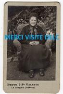 Photo CDV - Femme Dans Son Fauteuil - Photographe J.P. Valette - Le Cheylard  ( Ardèche)- Scans Recto-verso - Anonyme Personen