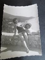 MOTHER AND LITTLE GIRL ON THE BEACH, MÈRE ET PETITE FILLE SUR LA PLAGE - Persone Anonimi