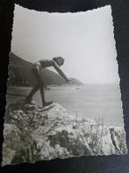 LITTLE GIRL ON THE BEACH,  PETITE FILLE SUR LA PLAGE - Persone Anonimi