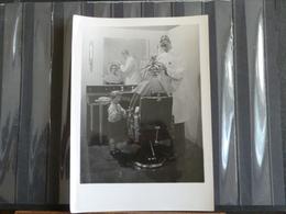 Photo Originale -  Salon De Coiffure Avec Mise En Scene De Mannequins - Professions