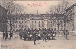 26 : ROMANS-sur-ISERE : Caserne Bon - Départ Pour La Revue -  - Animée - Militaria - ( Déchirure 6mm Centre Droit ) - Romans Sur Isere