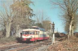 GARE DE SAINT JULIEN LES FUMADES - Un Autorail Panoramique X-4200 - Stations With Trains
