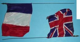 Lot De 2 Anciens Drapeaux France & Royaume Uni Métal Plastique Et Tissu Angleterre Union Jack Bleu Blanc Rouge - Flags