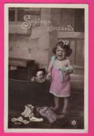 CPA (Réf: Z 3005) (JEUX ET JOUETS) POUPÉE Petite Fille Et Ses  Poupées Souvenir Affectueux - Jeux Et Jouets