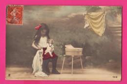CPA (Réf: Z 3011) (JEUX ET JOUETS) POUPÉE Petite Fille Et Sa Poupée  Le Nettoyage Des Vêtements - Jeux Et Jouets