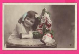CPA (Réf: Z 3012) (JEUX ET JOUETS) POUPÉE Petite Fille Et Sa Poupée - Jeux Et Jouets