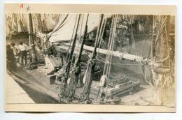PHOTOGRAPHIE 0022 MARINE  Peche Pecheurs Pont Bateau Port    Dim 12cm X 8,3 Cm - Piroscafi
