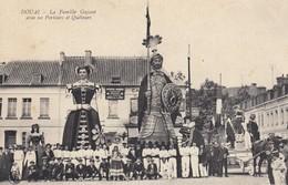 DOUAI (Nord): La Famille GAYANT Avec Ses Porteurs Et Quêteurs - Douai
