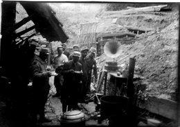 N° 60  Photo Originale . Soldats Dans Les Tranchées .    ( 8 Cm X 6 Cm) - Guerre, Militaire