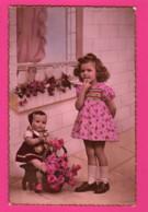 CPA (Réf: Z 3029) (JEUX ET JOUETS) POUPÉE Petite Fille Et Sa Poupée Beau Bouquet De Roses - Jeux Et Jouets