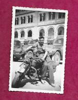 PHOTO 8,7 X 6 Cm De 1948..8e REGIMENT CUIRASSIERS, Quartier ZAPY à BIZERTE (Tunisie)..MOTO..CHAR. TANKISTE - Krieg, Militär