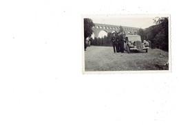 Petite Photo Militaria - Soldat En Uniforme - Voiture Traction Citroën - Viaduc - - Documents