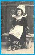 Format CPA CARTE PHOTO : Devant Les Lits-Clos, Bretonne En Costume Traditionnel - Coiffe Folklore Bretagne - Bretagne