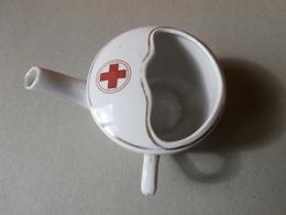 Canard Pipette Médical Pour Faire Boire Les Malades -porcelaine - Croix Rouge - Ziekendrinkbeker - Rood Kruis- Red Cross - Matériel Médical & Dentaire