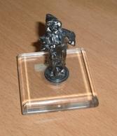 Alte Sehr Schöne BRONZEFIGUR (MÄDCHEN?) Auf Glassockel, H 7,5 Cm, Sockel 6 X 6 Cm, Gute Erhaltung. >>> - Bronzes