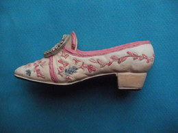 Chaussure Miniature En Porcelaine Boucle Sur Le Devant² - Miniatures Décoratives
