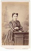 0092 CDV Photografie: Ort U. Fotograf Siehe Scan - Feine Dame In Zeittypischer Robe - Photographs
