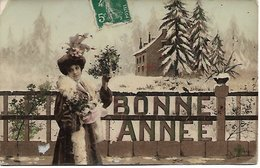 L100F134 - Bonne  Année - Jeune Femme , Superbe Chapeau Dans Un Paysage De Neige - Trèfle - Año Nuevo