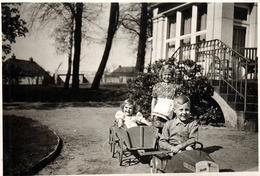 Photo Originale Jeu & Jouet - Grand Frère Au Volant D'une Voiture à Pédales Tractant Une Remorque En Bois & Petite Soeur - Automobiles