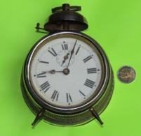 Gros RÉVEIL  -Bon état D'usage Et Fonctionne S'il Est Posé à Plat -Diamètre 10 à 13 Cm Et Épaisseur 7.5 Cm - Années 1940 - Alarm Clocks