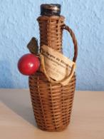 La Cigogne De Strasbourg. Ancienne. Recouverte Osier.  L'éternelle Saison Des Fruits. TBE. - Mignonnettes