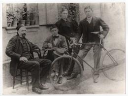 - PHOTO De Groupe Avec Personnages Et Vélo - A IDENTIFIER - - Photographs