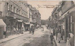 CAEN (14). La Rue D'Auge (de Vaucelles), Animée. Magasins: Magasins Du Progrès Vallée, Coiffeur - Caen