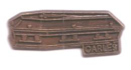 DD40 Pin's Pompes Funèbres Cercueil Carles Funéraire à Sonnac Aveyron Menuiserie Achat Immédiat - Ciudades