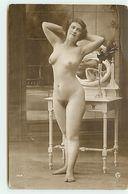Carte Photo - Femme Nue Debout Devant Une Coiffeuse - Agelou - Fine Nudes (adults < 1960)