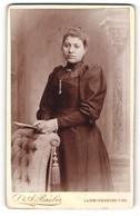 Fotografie Dr. A. Basler, Ludwigshafen A / Rh., Portrait Junge Dame Im Eleganten Kleid An Sessel Gelehnt - Anonymous Persons