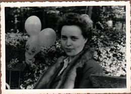 Photo Originale Portrait De Pin-Up Au Renard Autour Du Cou & Ballon De Baudruche à La Forme De Lapin 1940/50 - Pin-up
