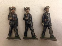Ensemble De 3 Figurines Anciennes En Métal - Représentant 2 Soldats En Armes Et Un Officiers En Train De Défiler - Toy Memorabilia