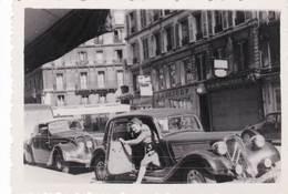 Petite Photo Automobile  Peugeot 202 Et Traction Avant Citroën Avec Sortie Intempestive - Automobiles