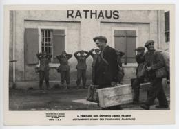 ° WW2 ° A FRIBOURG (ALLEMAGNE) NOS DEPORTES LIBERES PASSENT ... ... ° Photo S.C.A. ° Ministère De La Guerre ° - Krieg, Militär