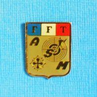 1 PIN'S //  ** FFT / FÉDÉRATION FRANÇAISE DE TIR / A S M / LANGUEDOC ** - Pin's