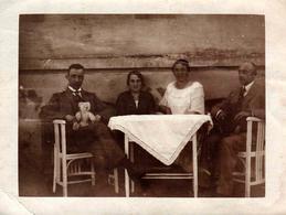 Photo Originale 2 Couples Au Salon De Jardin Et Ours En Peluche Blanc & Brun Sur Les Genoux Des Hommes Vers 1920 - Personnes Anonymes