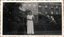 Photo Originale Jeune Femme Isle Ou Ylse Ninke à 18 Ans Posant Devant Une Jolie Fontaine En 1937 - Personnes Identifiées