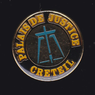 63391- Pin's.Palais De Justice De Creteil.Balance.avocat.. - Steden