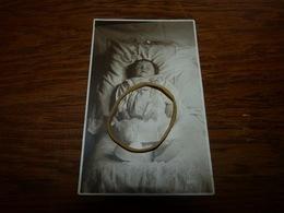 Carte Photo Enfant Bébé Post-mortem Sur Son Lit De Mort - Photos