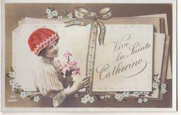 N°14558 - Vive Sainte Catherine - Photo D'une Femme Portant Un Bonnet Rouge,  Près D'un Lot De Lettre - Sainte-Catherine
