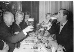 PHOTO ORIGINALE / Claude Autant Lara Et Achille Zavata Au Restaurant 1959 - Persone Identificate